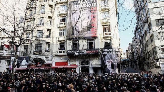 Her yıl 19 Ocak'ta Şişli'deki Agos Gazetesi önünde anma töreni düzenleniyor