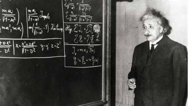 Albert Einstein desarrollando sus teorías en una pizarra