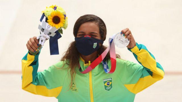 Rayssa Leal segurando sua medalha de prata
