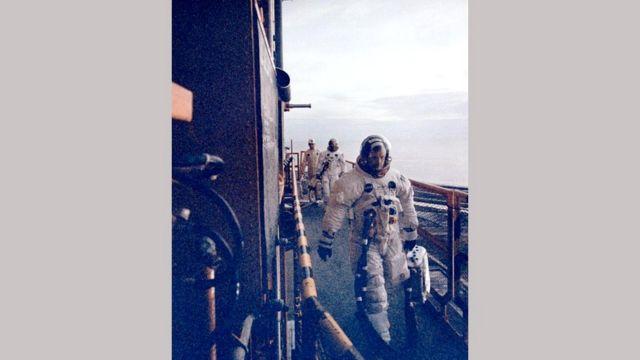 Нил Армстронг ведет свой экипаж на борт ракеты-носителя Сатурн-5