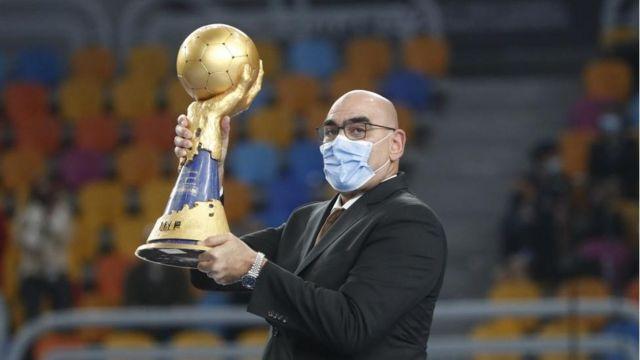 محمد نصر رئيس الاتحاد المصري لكرة اليد حاملا كأس مونديال اليد المقام في مصر
