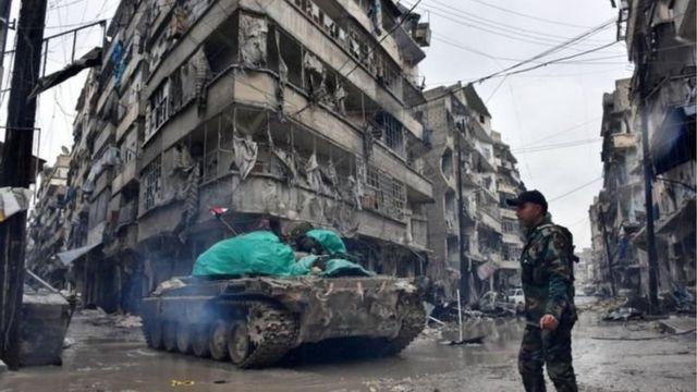 جنود من القوات السورية الحكومية بالقرب من جسر الحاج الاربعاء