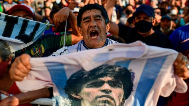 Seguidores de Diego Maradona fuera de la morgue en Buenos Aires.