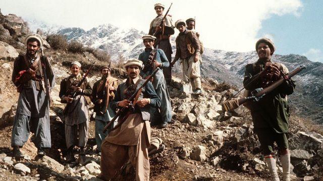 Combatentes afegãos da resistência anti-soviética com suas armas primitivas nas partes orientais do país