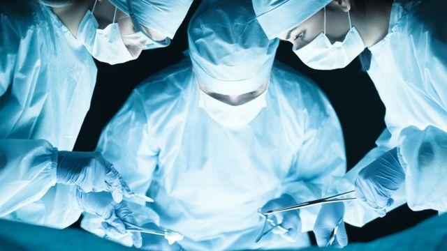 Tres médicos operando