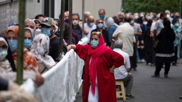 در ایران، صفهای طویل برای واکسن کرونا خود به منشاء نگرانی برای شیوع بیشتر این ویروس تبدیل شده است