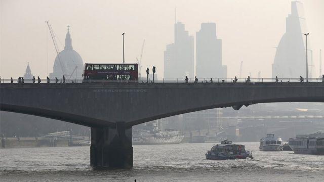 Image du 10 avril 2015 du pont Waterloo de Londres, avec la cathédrale Saint-Paul visible à travers le smog à l'arrière-plan.