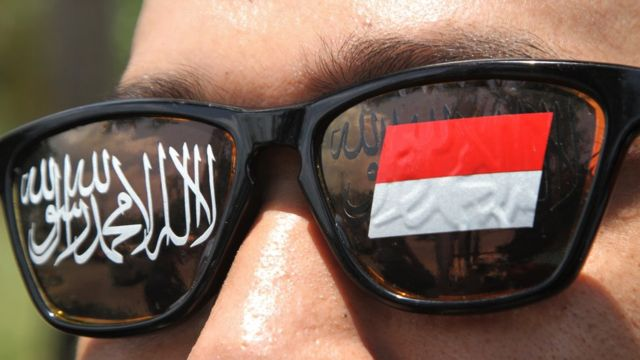 Pengunjuk rasa mengikuti aksi protes pembakaran bendera berkalimat Tauhid