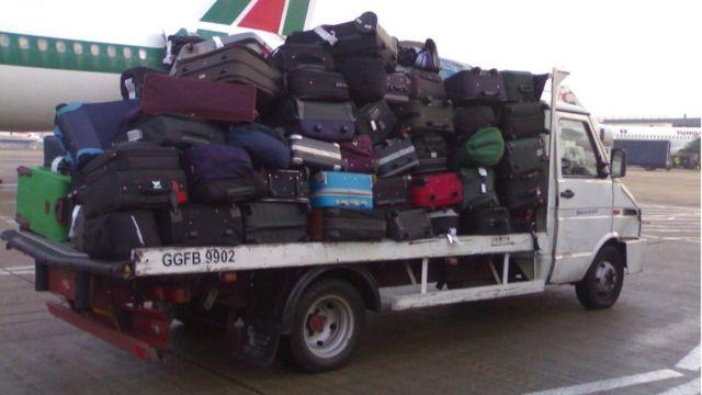 Camión de carga en el aeropuerto