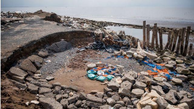 Báo cáo của chính phủ Việt Nam nói rằng 40% đồng bằng nước này có thể bị nhấn chìm nếu mực nước biển dâng cao 1m trong các thập kỷ tới trong khi người dân tại vùng đồng bằng trũng đã phải hứng chịu các cơn bão thường xuyên hơn và lũ lụt tồi tệ hơn. Điều này có thể có nguy cơ đẩy hàng trăm nghìn người mất nhà cửa