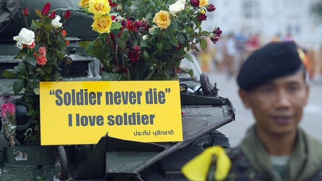 ประชาชนจำนวนหนึ่งออกไปให้กำลังใจทหาร