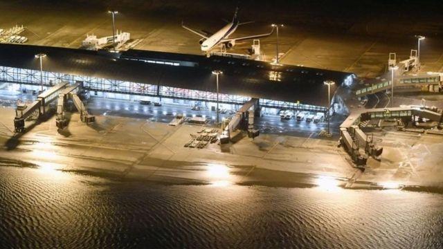 รันเวย์ของสนามบินคันไซถูกน้ำท่วม