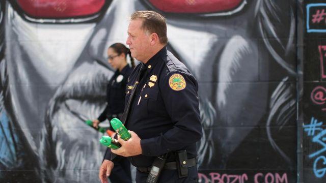 Policía con repelentes de mosquitos en Wynwood