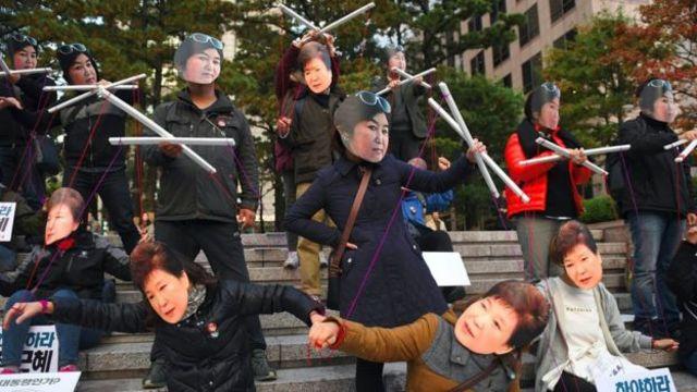 مظاهرات تسخر من تأثير تشوي على صديقتها الرئيسة بارك.