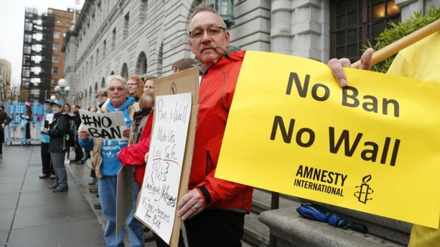 محتجون على قرار الحظر امام محكمة سان فرانسيسكو