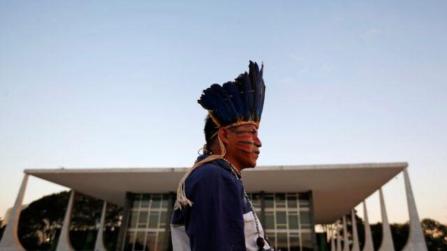 Índio do povo Guarani Kaiowa aparece de perfil em frente ao prédio do STF em Brasília