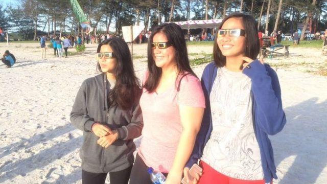 インドネシア・ブリトゥン島のオリビア・ビーチで日食を眺める人たち