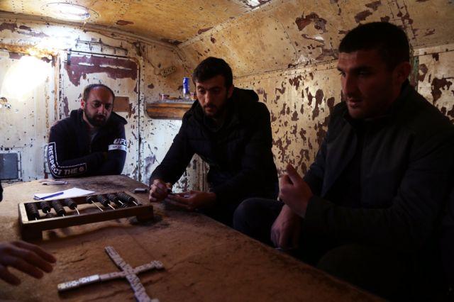 """Elyar Fahradov (ortada) günün çox hissəsini """"Vaqon""""da keçirir"""