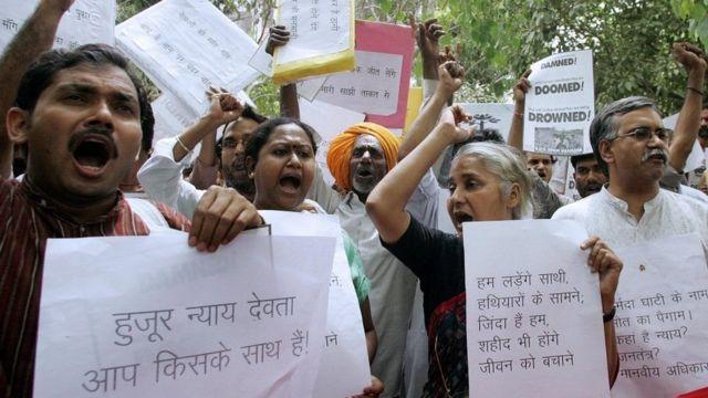 Agitators demanding to stop Narmada Dam Project under leadership of Narmada Bachaao Samiti led by Social Activist Megha Patkar
