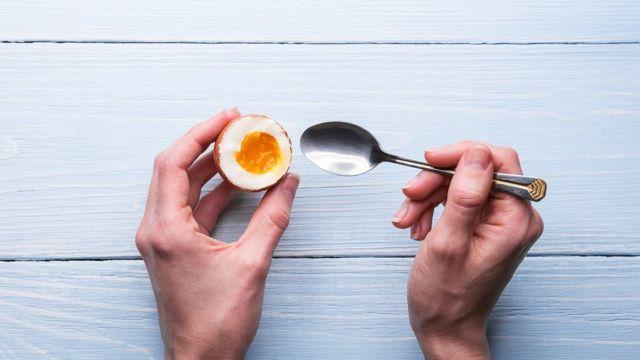 Žena jede kuvano jaje