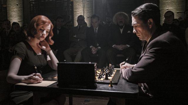 Imagen de una partida de ajedrez de la serie Gambito de dama.