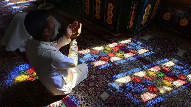 Un hombre reza durante el ramadán en una mezquita de Srinagar.