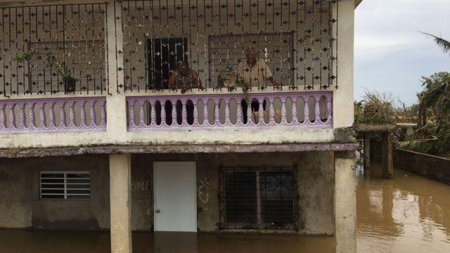 Vecinos en los balcones de sus casas en Medianía Alta, Puerto Rico.
