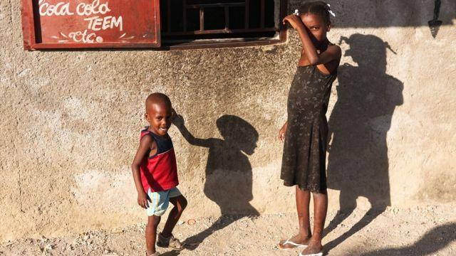 Imagem mostra duas crianças no Haiti
