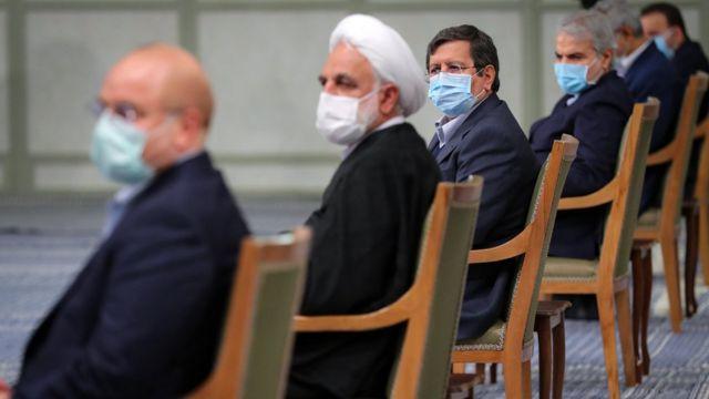 به دلیل شیوع ویروس کرونا مقام های عضو شورا با فاصله و با زدن ماسک در جلسه حاضر شده اند