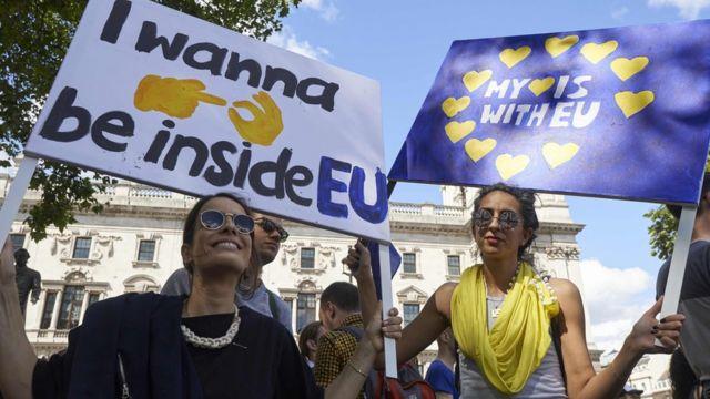 """Jóvenes con carteles que rezan """"Mi hogar es la Unión Europea"""""""