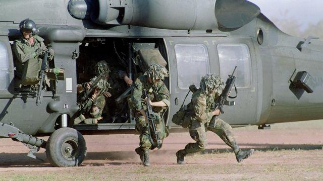 Soldados estadounidenses desembarcan de un helicóptero durante la invasión a Panamá, en 1989