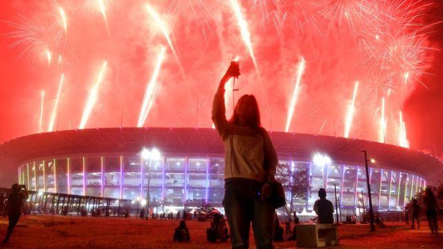 Pesta kembang api menyemarakkan Upacara Penutupan Asian Games ke-18 Tahun 2018 di Stadion Utama GBK, Senayan, Jakarta, Minggu (2/9).