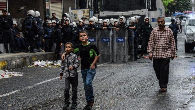 Diyarbakır Büyükşehir Belediyesi'nin eş başkanlarının tutuklanmasından sonra şehrin sokaklarında çok sayıda polis görülmüştü.