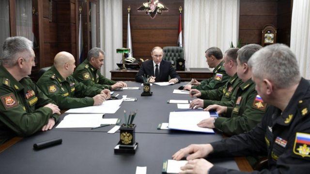 रूसी राष्ट्रपति पुतिन अपनी टीम के साथ