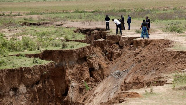 Personas mirando la grieta en Kenia