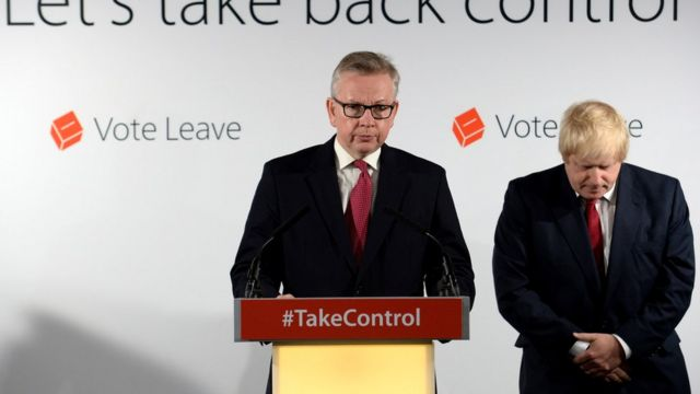 Michael Gove (no pódio) e Boris Johnson