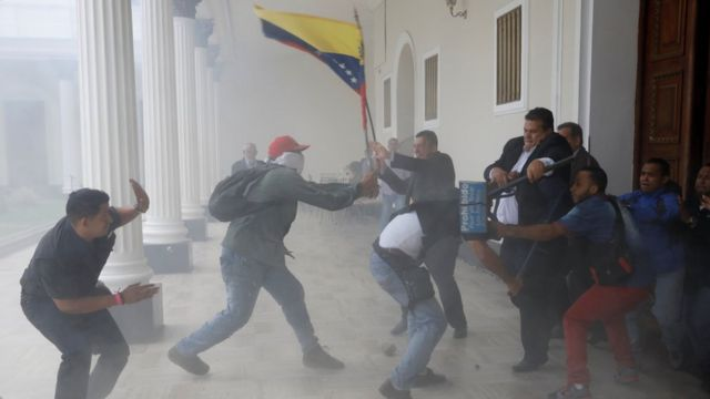 Momento en el que intentan asaltar el hemiciclo del palacio Legislativo.