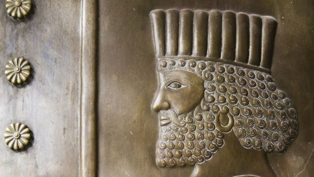 Pahatan di pintu tembaga yang menggambarkan sosok Zoroaster.