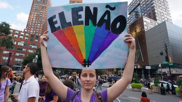 Mulher em protesto contra Bolsonaro