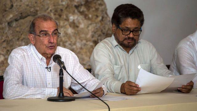 Humberto De la Calle, jefe negociador del gobierno, e Iván Márquez, líder del equipo negociador de las FARC