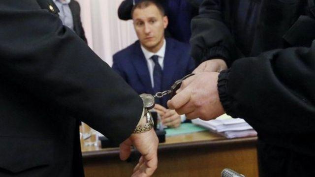Чиновнику одягають наручники