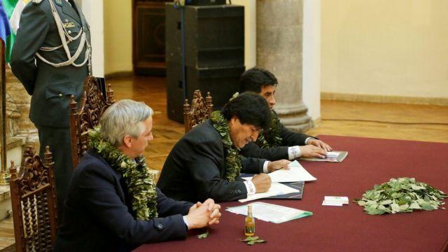 El presidente de Bolivia, Evo Morales, firma un decreto aprobando una nueva ley sobre el cultivo de coca, 8 de marzo 2017.