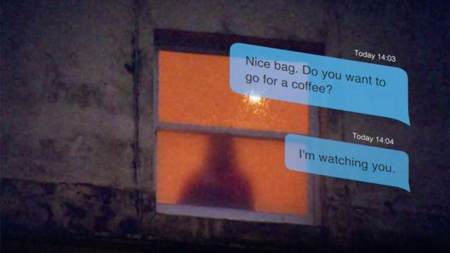 """Algunos de los mensajes que recibió Amanda: """"linda cartera. ¿Quieres ir a tomar un café?"""" y """"Te estoy viendo""""."""