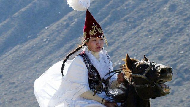 Девушка в традиционном костюме невесты