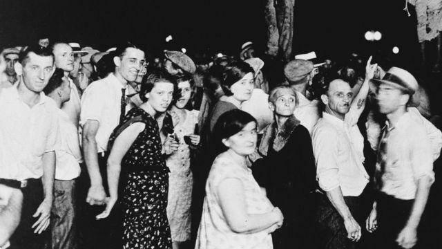 Asistentes a un linchamiento de dos afroestadounidenses en Indiana en 1930.
