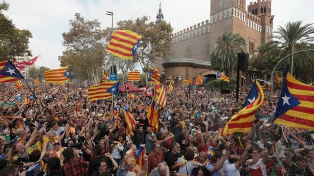 Simpatizantes de la independencia de Cataluña celebran el voto en el parlamento.