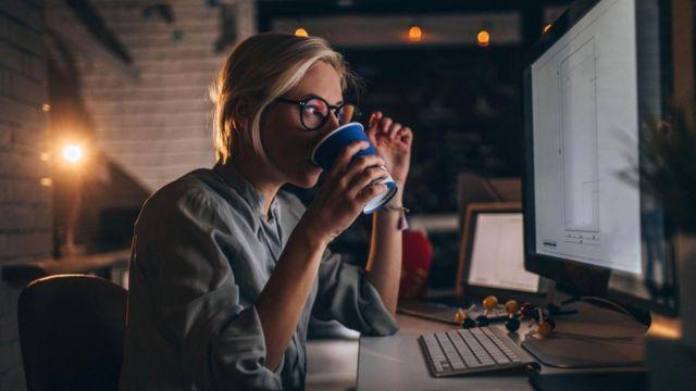 Одно из исследований 2018 года показало: переработки сотрудников среднего звена менеджмента составляют до 44 дней, что ведет к стрессам и болезням