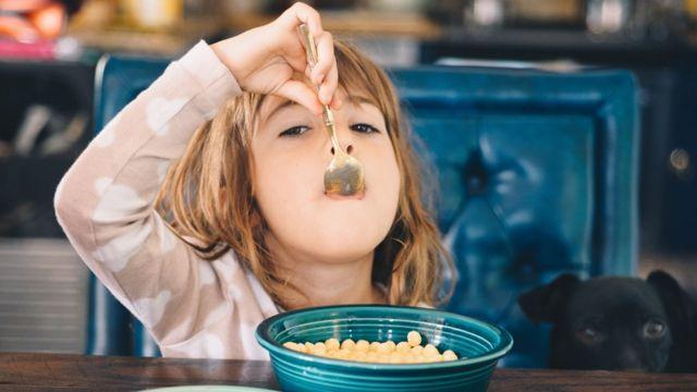 دختری در حال خوردن صبحانه