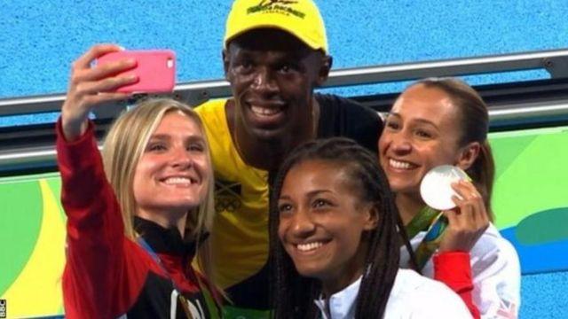 Usain Bolt abaye umunonotsi wa mbere atwaye umudari w'inzahabu mu kwiruka imetero ijana incuro zitatu yikurikiranya