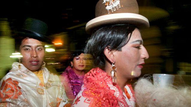 Transexuales vestidos con trajes típicos bolivianos